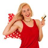 Attraktive blonde junge Frau mit den Einkaufstaschen lokalisiert Stockfotos