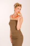 Attraktive blonde junge Frau mit Erdbeerekiwi Stockfotos