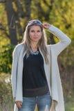 Attraktive blonde junge Frau mit unscharfem Hintergrund Lizenzfreie Stockfotografie