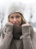 Attraktive blonde junge Frau mit Wollschal und -hut Lizenzfreie Stockfotos