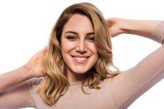 Attraktive blonde junge Frau Porträt einer schönen Frau auf einem weißen Hintergrund Stockbild