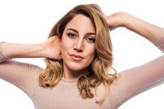 Attraktive blonde junge Frau Porträt einer schönen Frau auf einem weißen Hintergrund Lizenzfreies Stockbild