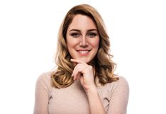 Attraktive blonde junge Frau Porträt einer schönen Frau auf einem weißen Hintergrund Lizenzfreie Stockfotografie