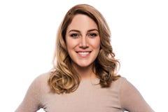 Attraktive blonde junge Frau Porträt einer schönen Frau auf einem weißen Hintergrund Lizenzfreie Stockfotos