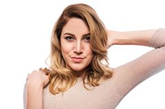 Attraktive blonde junge Frau Porträt einer schönen Frau auf einem weißen Hintergrund Stockfotografie