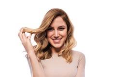 Attraktive blonde junge Frau Porträt einer schönen Frau auf einem weißen Hintergrund Stockfotos