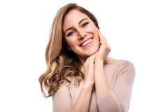 Attraktive blonde junge Frau Porträt einer schönen Frau auf einem weißen Hintergrund Lizenzfreie Stockbilder