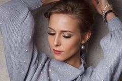 Attraktive blonde kaukasische Frau in der klassischen Art Lizenzfreie Stockbilder