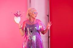 Attraktive blonde reife Frau, die stilvolle Kleidung demonstriert stockfoto