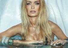 Attraktive blonde Schönheit Stockfotos