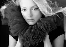 Attraktive blonde Schönheit in einem Theaterjabot. Lizenzfreie Stockfotografie