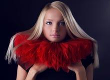 Attraktive blonde Schönheit im roten Theaterjabot Lizenzfreie Stockfotos
