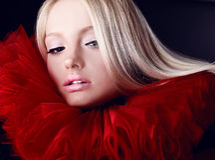 Attraktive blonde Schönheit im roten Theaterjabot Stockbilder