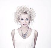 Attraktive blonde Schönheit mit Vorlage bilden Stockfoto