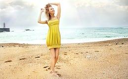 Attraktive blonde Schönheitsaufstellung. Stockbilder