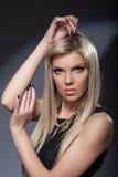 Attraktive blonde schauende Kamera, Nahaufnahme Stockbilder
