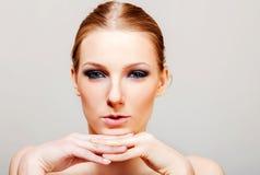 Attraktive blonde schulterfreie Frau mit dunklem Auge bilden Stockfotos