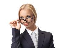 Attraktive blonde tragende Gläser der Geschäftsfrau Stockfotografie