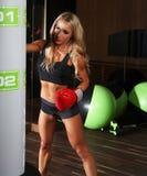 Attraktive blonde weibliche Aufstellung in einer Turnhalle Lizenzfreies Stockfoto