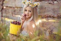 Attraktive Blondine auf dem Kamillengebiet. Junge Frau im Kranz Lizenzfreie Stockbilder
