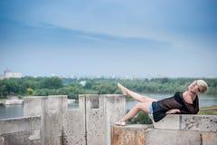 Attraktive Blondine auf der Festungswand Lizenzfreie Stockfotos