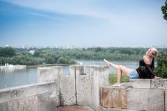 Attraktive Blondine auf der Festungswand Lizenzfreies Stockfoto