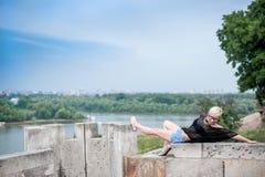 Attraktive Blondine auf der Festungswand Stockfotografie