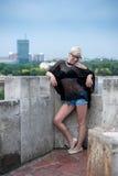 Attraktive Blondine auf der Festungswand Stockfoto