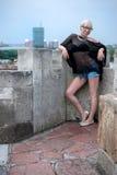 Attraktive Blondine auf der Festungswand Stockfotos