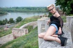 Attraktive Blondine auf der Festungswand Lizenzfreie Stockfotografie