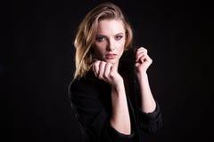Attraktive Blondine auf zufällige Mode kleidet im Studiofoto lizenzfreie stockfotos