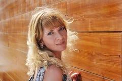 Attraktive Blondine an der braunen Wand Stockbilder