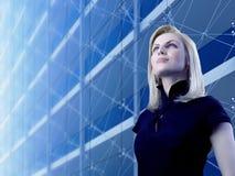 Attraktive Blondine, die den Wolkenkratzer bereitsteht Lizenzfreie Stockbilder