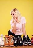 Attraktive Blondine, die Schuhe wählt Stockfoto