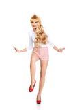 Attraktive Blondine, die sorgfältig gehen Lizenzfreie Stockbilder