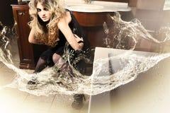 attraktive Blondine im Badezimmer mit Wasser Stockbild