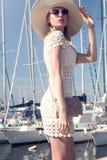 Attraktive Blondine im Hafen Lizenzfreie Stockfotografie