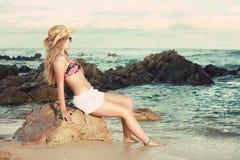 Attraktive Blondine mit dem Hut und Sonnenbrille, die weg schauen Stockfotografie