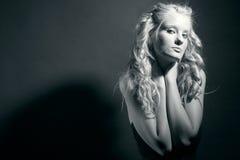 Attraktive Blondine mit dem lockigen Haar. Stockfotografie