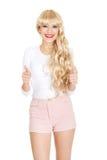 Attraktive Blondine mit den Daumen oben Lizenzfreie Stockfotos