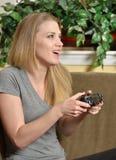 Attraktive Blondine spielen Videospiele Lizenzfreie Stockbilder