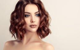 Attraktive braune behaarte Frau mit moderner, modischer und eleganter Frisur stockfotos