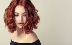 Attraktive braune behaarte Frau mit moderner, modischer und eleganter Frisur stockfoto
