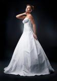 Attraktive Braut des Art und Weisebaumusters, die in der Hochzeit steht Stockfotografie