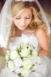 Attraktive Braut mit Hochzeitsblumenstrauß von Rosen Purpurrotes Make-up und bunte helle Nägel C Lizenzfreies Stockfoto