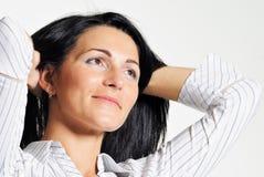 Attraktive Brunetfrau mit braunen Augen Stockfoto