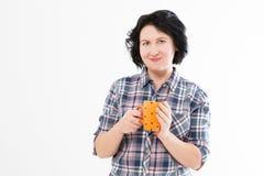 Attraktive brunette Frau von mittlerem Alter, die heißen Tee oder coffe trinkt Frauengriffschale lizenzfreie stockfotografie