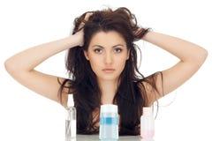 Attraktive Brunettefrau hält ihr Haar durch Arme Lizenzfreies Stockfoto