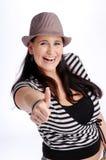 Attraktive Brunettefrau mit Hut Stockfotografie