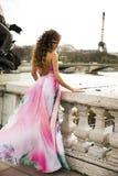 Attraktive Brunetteschönheit, die in Paris aufwirft. Lizenzfreies Stockbild